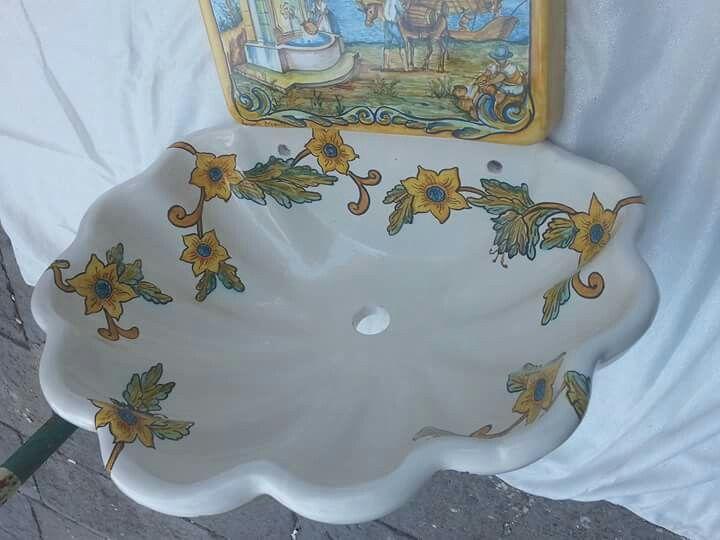 Particolare vasca interno con decoro floreale tipico del chiostro di S. CHIARA Napoli