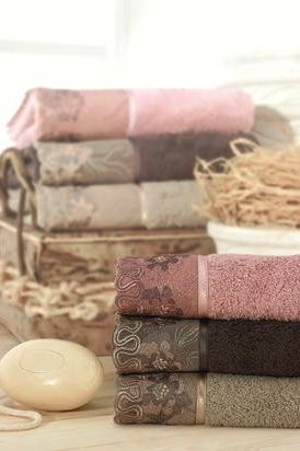 ponúkame 3 farebné varianty. Osušku možno spolu s uterákom a malým uterákom objednať aj ako set zabalený v peknom darčekovom boxe.