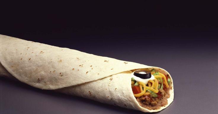 Cómo mantener las tortillas calientes para una multitud. Las tortillas son redondos panes planos hechas por lo general de maíz o trigo. Fueron inventadas por los nativos de México y se han vuelto una parte importante de su cultura. Se usan para preparar enchiladas, chilaquiles, quesadillas y tacos. Mantener las tortillas calientes y húmedas puede ser un reto, especialmente cuando son para una multitud.