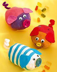 Sockentiere basteln ist ganz leicht. Wir zeigen Ihnen, wie Sie die niedlichen Schweinchen aus Socken basteln.
