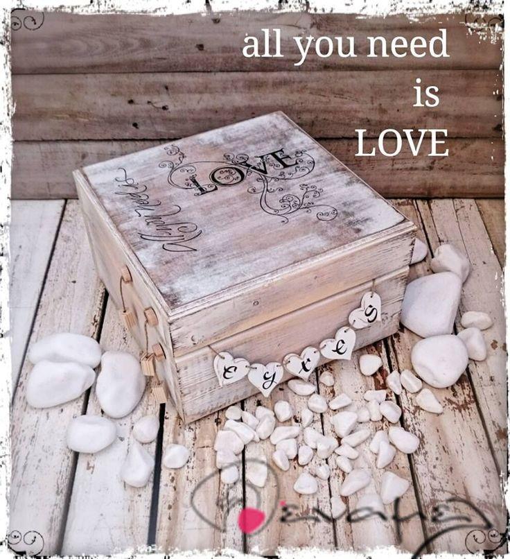 Ξύλινο χειροποίητο κουτί ευχών γάμου με το μήνυμα All you need is Love.  Διαστάσεις 30Χ30Χ18 εκ  Συνοδεύετε από 50 χαρτονάκια ευχών για να γράψουν οι καλεσμένοι τις ευχές τους.  Για έξτρα χαρτάκια ευχών ή καρδούλες ευχών, επιλέξτε από τις διαθέσιμες επιλογές δεξιά από τη φωτογραφία.  Υπάρχει