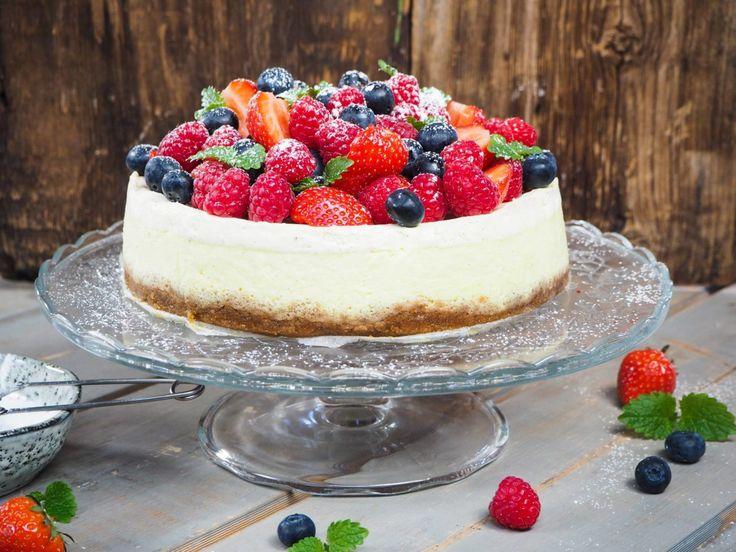 Enten du skal bake til konfirmasjoner, dåp eller sommerfester, så finnes det en kake som passer! Her har vi samlet våre favorittoppskrifter på festkaker.