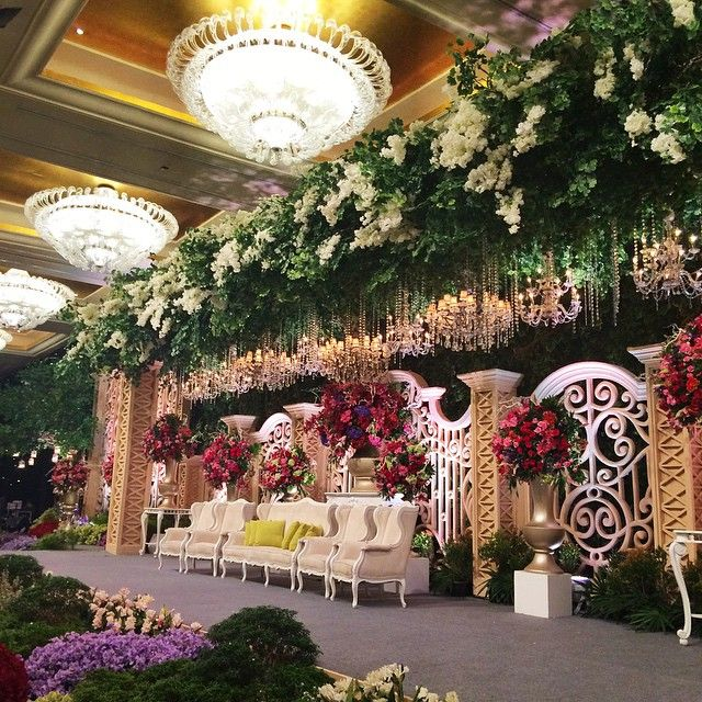 """FIRST WEDDING With NEW CHANDELIER In MULIA HOTEL, Congrats to HARRY & CINDY @hotelmuliajkt @lotusdecoration @johankusnadi @ruddy388 @limsuwen @divine.wo…"""