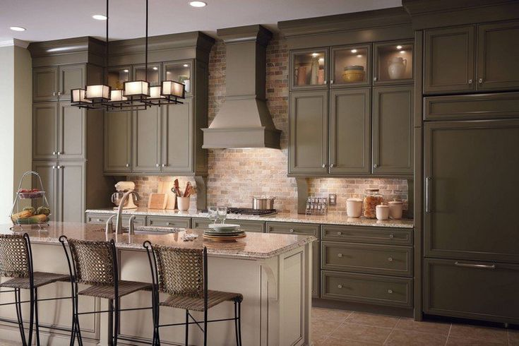quelle couleur avec le taupe de la cuisine moderne : crédence en brique rouge, lustre design et îlot central en granite