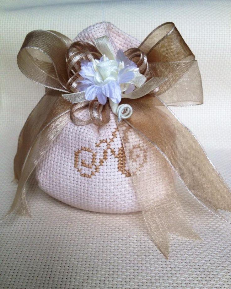 Tessuto dei saccottini è Tela Aida. Sono personalizzati con iniziale a scelta del cliente. Ricamo iniziale eseguito rigorosamente a mano. I saccottini sono confezionati con nastri organza o raso i cui colori riprendono i colori delle iniziali