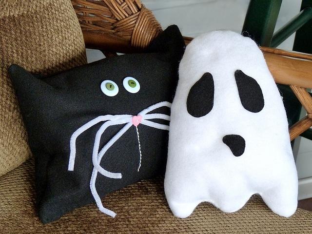 mini halloween throw pillows tutorial so easy to do - Halloween Pillows