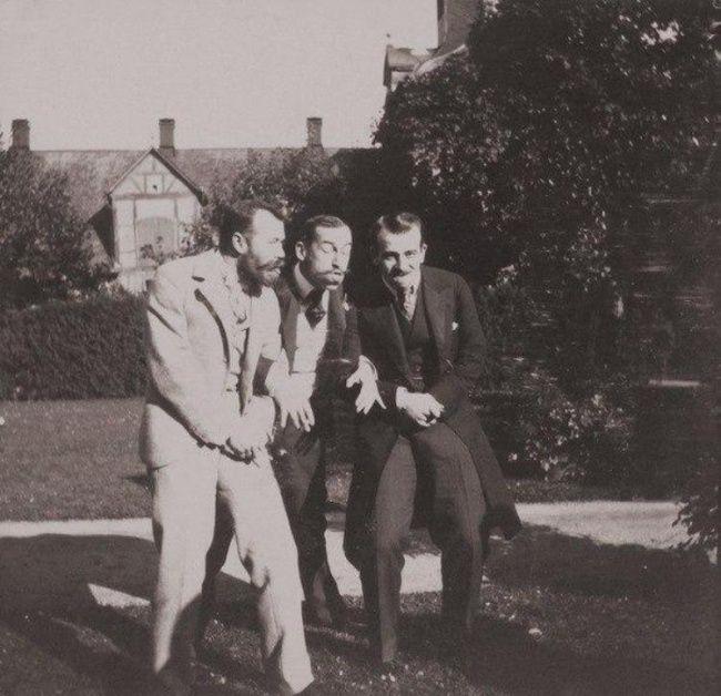 Император Николай II и принц греческий Николай веселятся