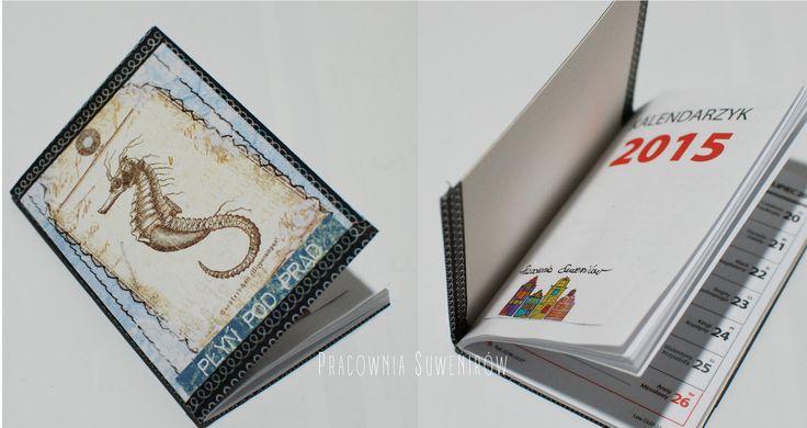 Pozytywny mały kalendarzyk. Wymiary 7,5 x 10,5 cm.