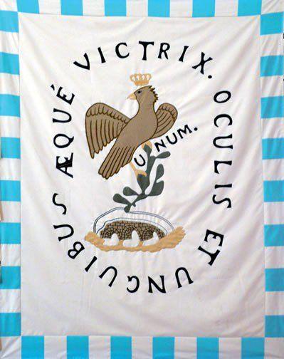 México.- Esta bandera fue adoptada por José María Morelos y Pavón como sustitución de la imagen de la Virgen de Guadalupe y resultó ser un importante emblema que adoptaron los Insurgentes; es la primera imagen que surge sobre un águila parada sobre un nopal, pero tiene como particularidad una corona.