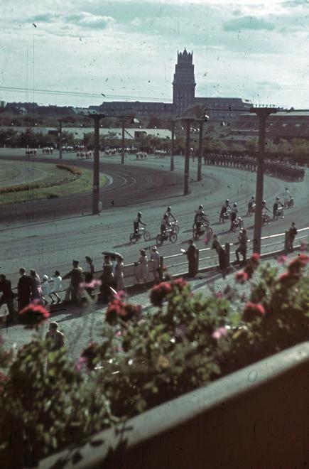 Kerepesi úti Ügetőpálya, háttérben az OTI székház tornya. A Nemzeti Lovarda rendezvénye a Szent István-hét alkalmából.