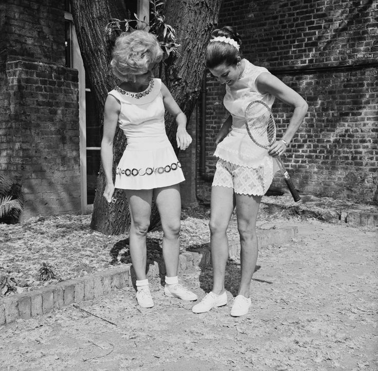 Lea Pericoli con la greca Carol Kalogeropoulos con dei vestiti disegnati dallo stilista britannico Ted Tinling durante un'anteprima stampa della presentazione della nuova collezione sportiva dello stilista al Belvedere Restaurant di Londra, il 22 giugno 1970