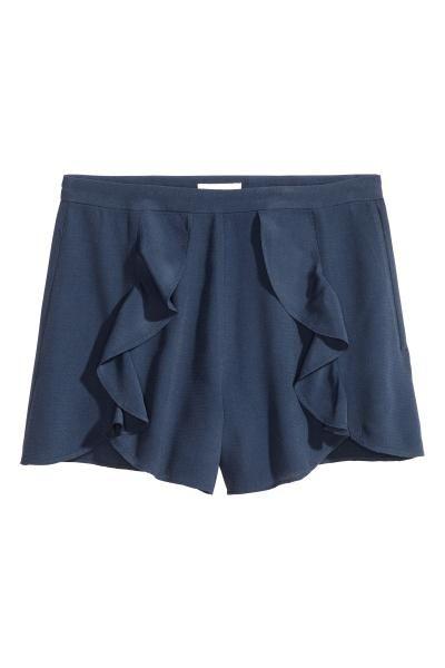 Shorts con volant: Shorts in tessuto crêpe, modello corto. Volant davanti. Vita…