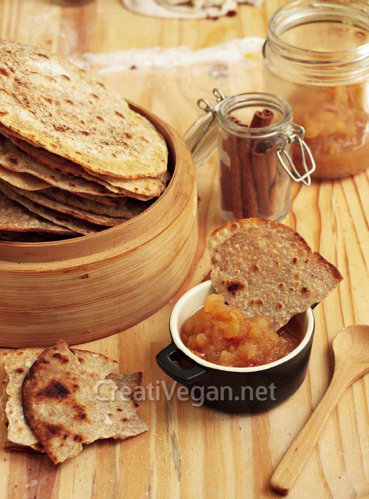 Tortas crujientes con canela y azúcar, acompañadas de salsa de manzana. #receta #vegana