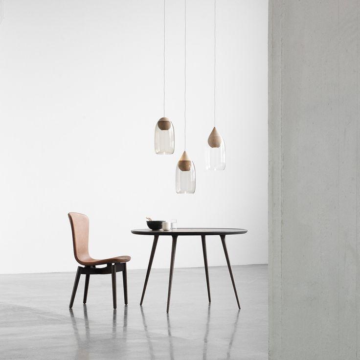 Pendelleuchte aus Holz&Glas: Die Liuku Pendelleuchte von Mater ist mit verschiedenfarbigen Glaskugeln und mit einer Basis in Kugelform oder Tropfenform erhältlich.