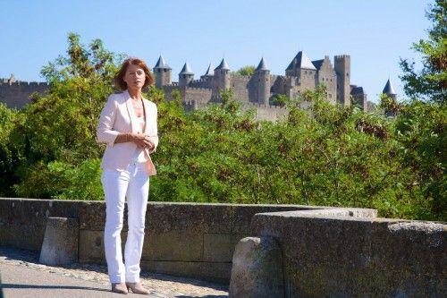 """La journaliste et présentatrice de télévision, Carole Gaessler, le 11 septembre 2014 sur le Pont-Vieux à Carcassonne pendant le tournage de l'émission """"Des racines et des ailes"""". Photos: Julien Roche / Ville de Carcassonne"""