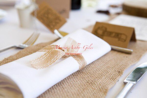 Hessian style napkin ties make great rustic touches for a vintage / rustic wedding.