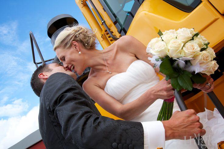 Brudpar, kyss och hjullastare på Volvo verken Arvika.  (Fun wedding portrait, kiss on a wheel loader)