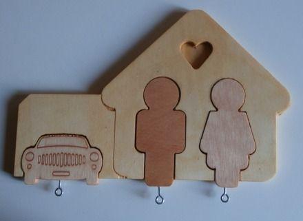 Questo portachiavi è realizzato in legno multistrato.  Le dimensioni sono:  cm 25 x 16 x 0,9h.  La base si appende alla parete e ad ogni personaggio, si aggancia una chiave. - 10677513
