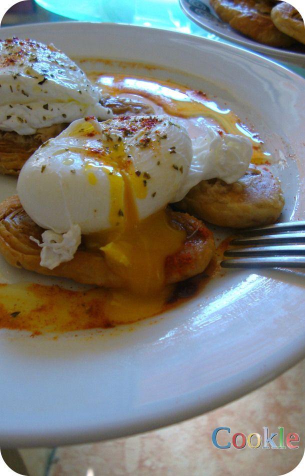 Αυγά ποσέ σε βάση από φιογκάκια σφολιάτας | Cookle It