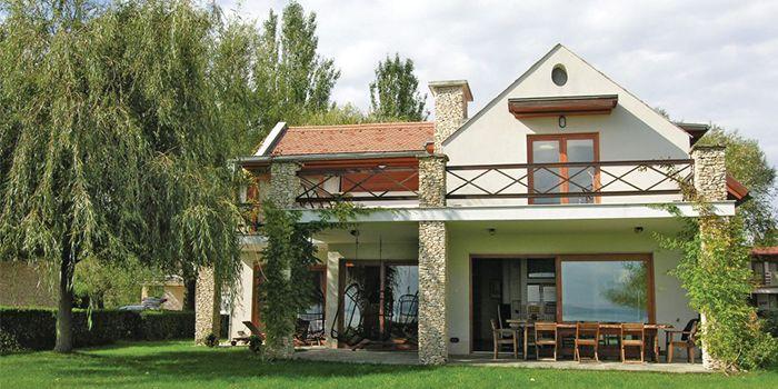 Luxe vakantiehuis direct aan Balatonmeer voor 8 personen. Ruim 200m2 vloeroppervlak, zeer grote tuin, 4 slaapkamers, 3 badkamers en airco.
