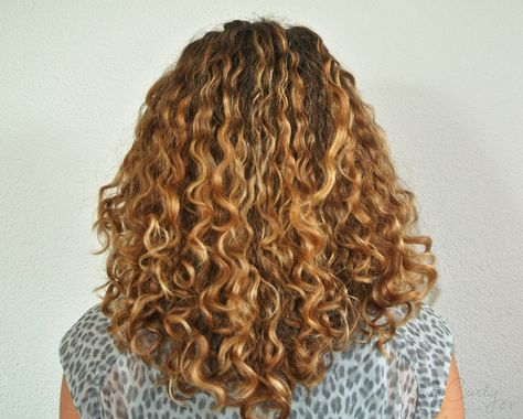 Finding a good hairdresser for curly hair certainly is one of the most difficult parts of being a curly! In this post I put together some issues to address.
