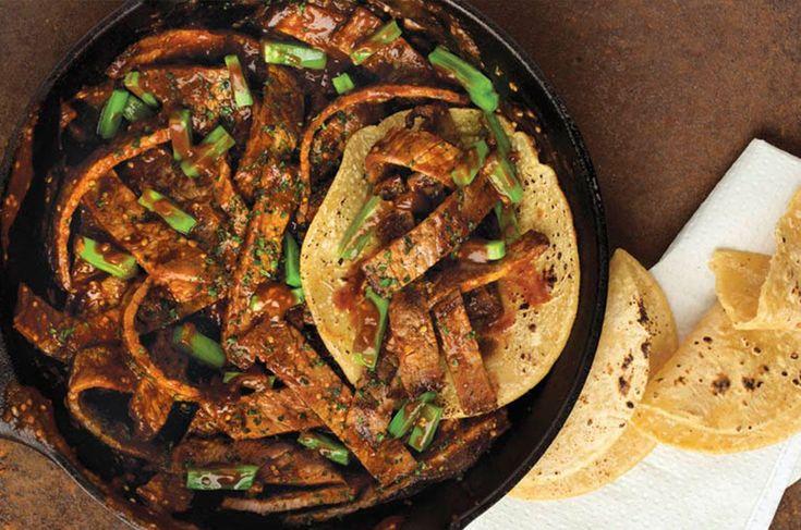 Tienes que probar el rico sabor que le da el chile pasilla a los bisteces de res.
