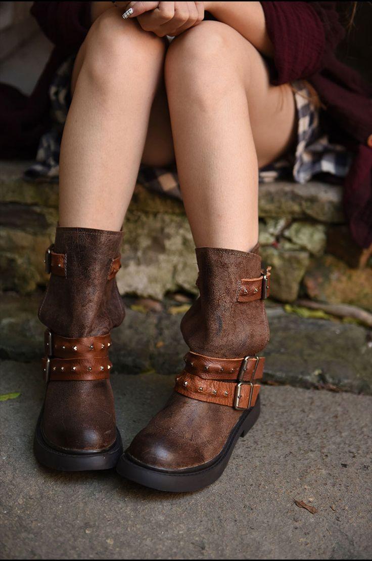 Обувь : Полусапожки на низком каблуке, декорированные ремешками с пряжками