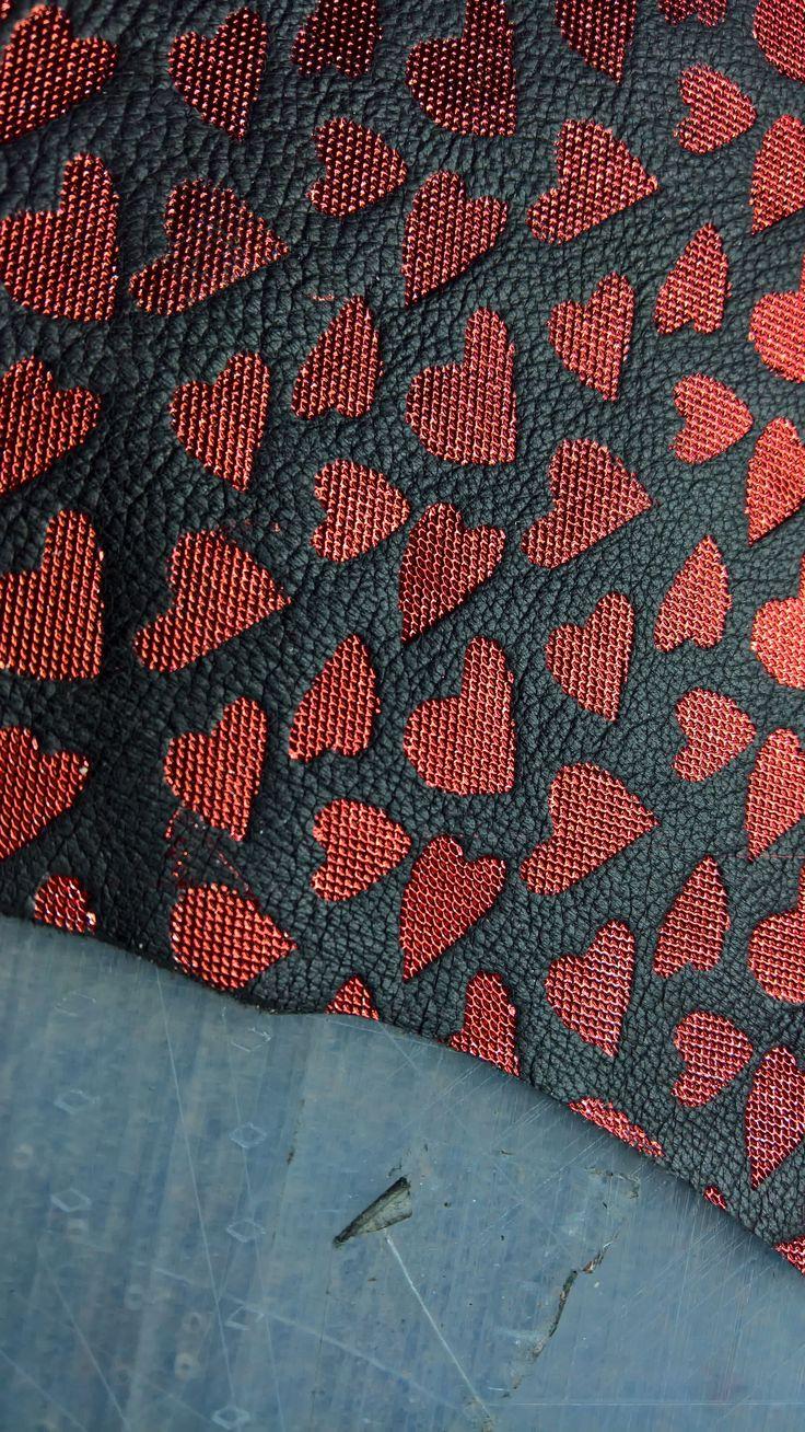 Particolare di stampa con lamina cuore 💖 rosso su montone nero