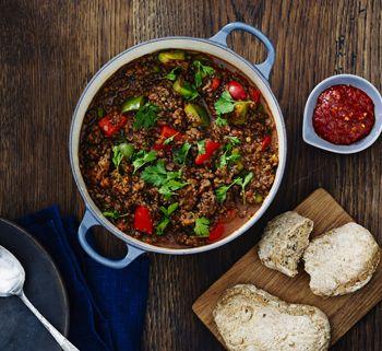 Prøv en anderledes og let udgave af chili con carne - med linser! Få opskriften på chili con carne her!