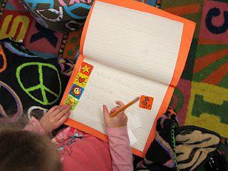 Donem als nens  una caixa d'adhesius i una llibreta; ells trien 4 o 5 adhesius, els enganxen al paper i escriuren el nom o una frase sobre cada etiqueta.