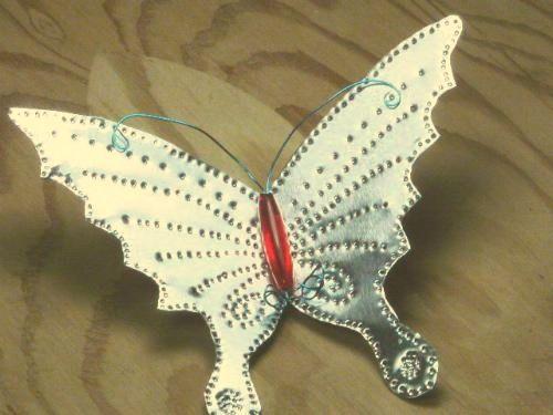 Como hacer mariposas con latas para decorar