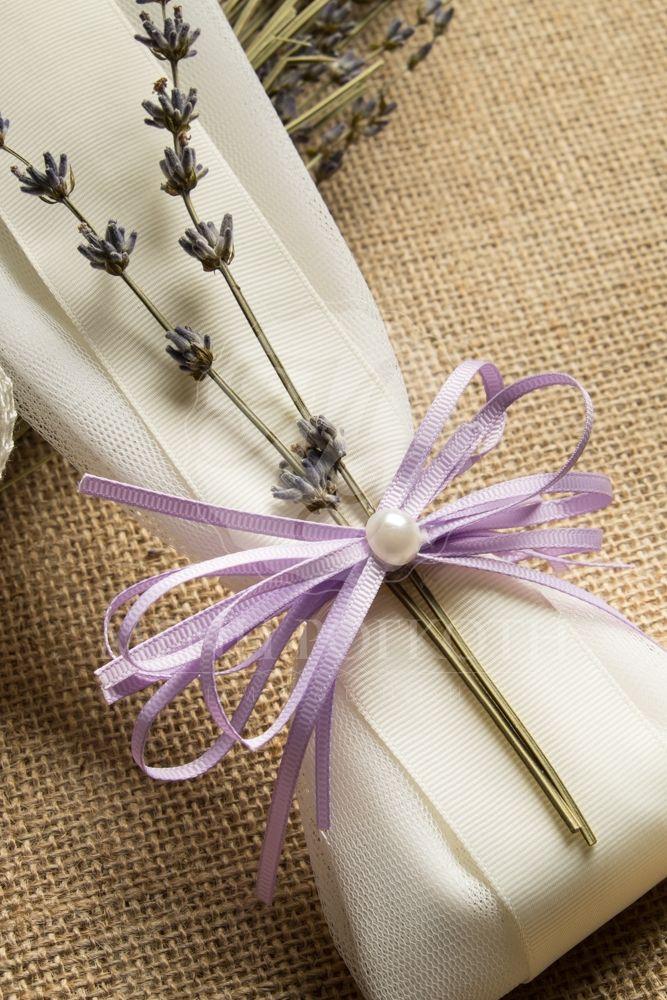 Μπομπονιέρα γάμου τούλινη με λιλά κορδέλα, κλαδάκια λεβάντας και περλίτσα
