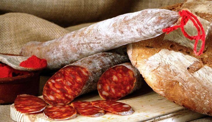 El chorizo de Pamplona es un embutido crudo-curado, típico de la gastronomía de Navarra.cuyos ingredientes son un picado de carne (de cerdo o de cerdo y vacuno) y tocino condimentada con sal, pimentón, otras especias y aditivos. Se caracteriza por contener carne de vacuno y de porcino, ambas finamente picadas al de aspecto homogéneamente granulado