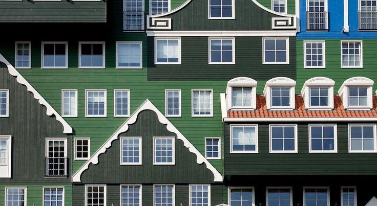 In Zaandam staat een bijzonder vormgegeven hotel. Je stapt uit het station en kijkt tegen een gebouw waar een heleboel typische Zaanse huisjes zijn opgestapeld. Dit is het Inntel Hotels Amsterdam Zaandam. De unieke buitenkant van het gebouw is een echte blikvanger! #Zaandam #Inntelhotels #Inntel #origineelovernachten #reizen #origineel #overnachten #slapen #vakantie #opreis #travel #uniek #bijzonder #slapen #hotel