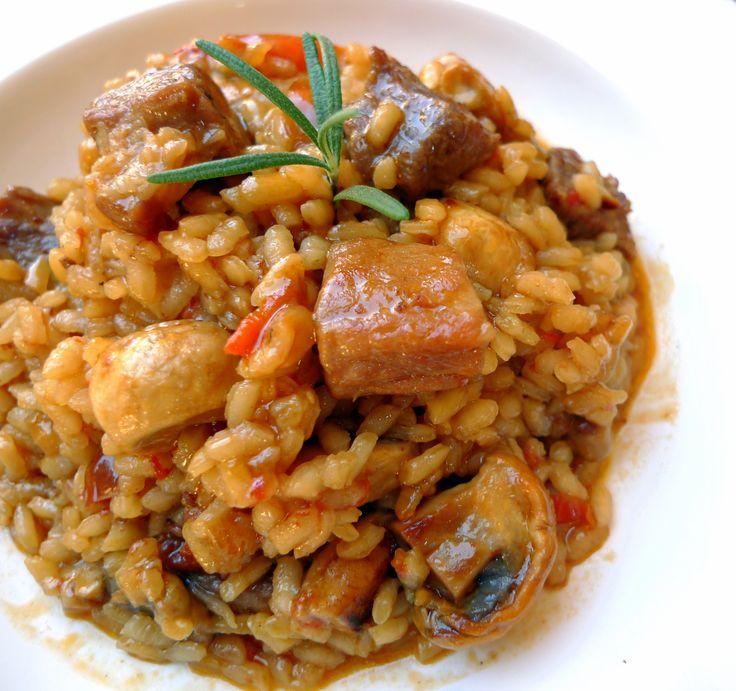 Hace tiempo probamos en el restaurante La Pera Limonera de Ávila un arroz de gallo de corral y secreto de cerdo ibérico que nos sorprendió muy agradablemente. Desde entonces me he quedado con las ganas de elaborar esta receta en nuestra cocina que, aunque no es la original, se asemeja bastante a …