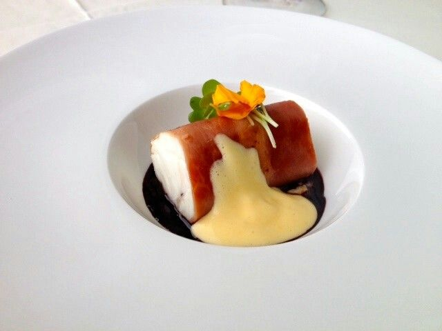 Coda di rospo avvolta con prosciutto di Parma salsa al vino rosso, vongole e zabaione al limone | Geisha Gourmet