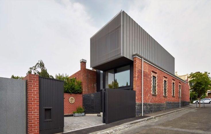 Cette maison se trouve à Fitzroy dans la banlieue de Melbourne en Australie.  Pour réaliser cette habitation, l'architecte Julie Firkin a conservé la façade en brique rouge de l'ancienne usine qui sert désormais de mur d'encadrement de la maison. Le module en métal qui forme l'étage semble flotter ou en suspension. Le contraste entre la brique et les matériaux modernes donne un cachet inouï à l'ensemble. L'intérieur, quant à lui, reste simple mais fonctionnel.