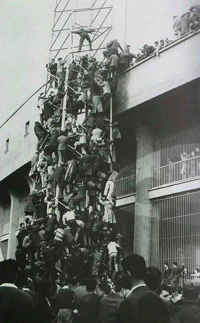 Aydınlatma direğinden stada girmeye çalışan Beşiktaş taraflarları, 1960