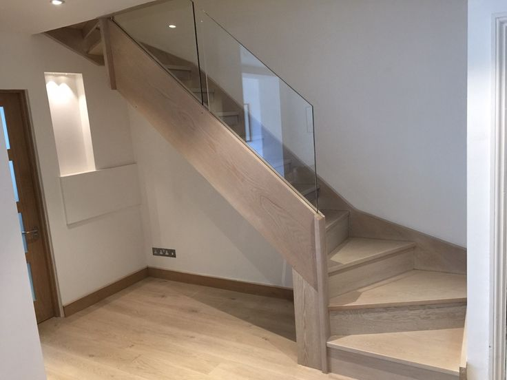 An ultra-modern style which pairs beautifully with oak. Frameless glass eliminates the need for newel posts and is available with or without a handrail.