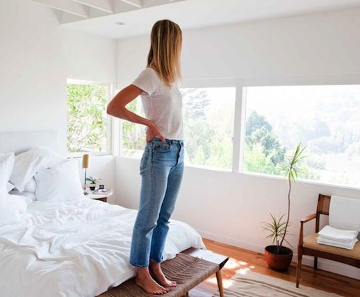 LE FASHION BLOG THE PERFECT JEANS JESSICA DE RUITER CLASSIC WHITE TEE TSHIRT HIGH RISE WAIST VINTAGE STYLE LEVIS 501 DENIM ANKLE CROPPED LIGHT WASH LA HOME MID CENTURY MODERN SILVER LAKE BEDROOM WHITE LINENS ROUND SIDE TABLES LARGE WINDOWS WOOD CHAIR WOVEN BENCH 1 photo LEFASHIONBLOGTHEPERFECTJEANSJESSICADERUITER1.jpeg