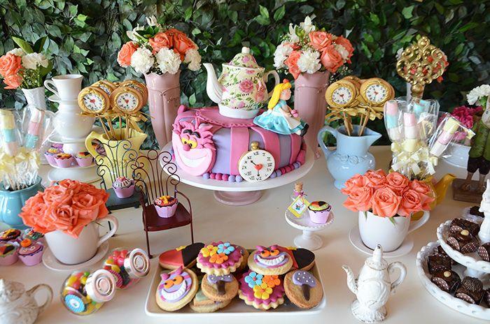 Festa da Julia com o tema Alice no País das Maravilhas. #festatematica #festainfantil