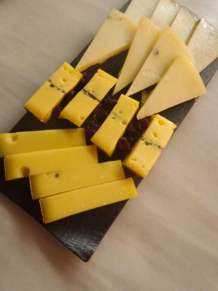 Tabla de quesos nacionales e internacionales.