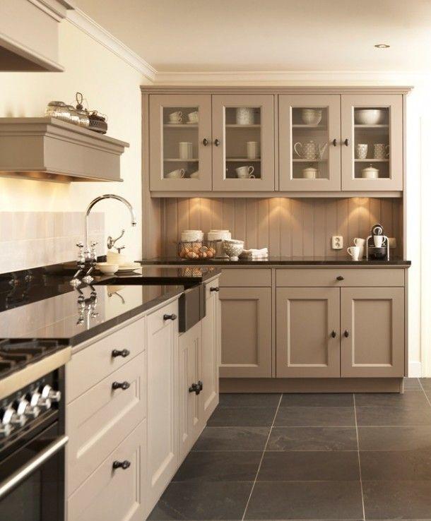 Landelijke-handgemaakte-keuken-van-meubelwensen- de grote kas kan tegen de muur tussen hal en woonkamer en de keuken aan de linkermuur Hout 34