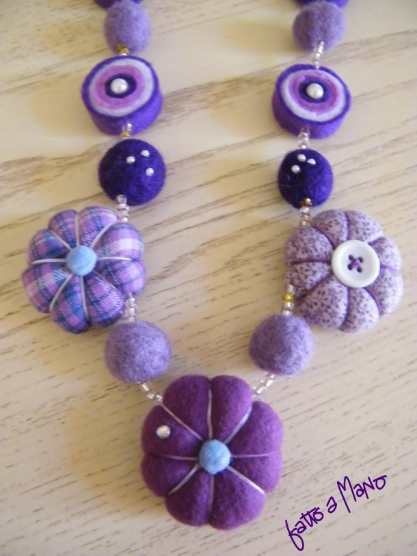 Collana nei toni del viola, composta da perle in feltro con strass e fiori in stoffa e pannolenci