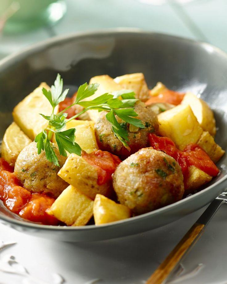 Een Spaanse klassieker, met een leuke Belgische twist: patatas bravas met kruidige balletjes in tomatensaus. Ideaal als tapa bij een biertje of wijntje.