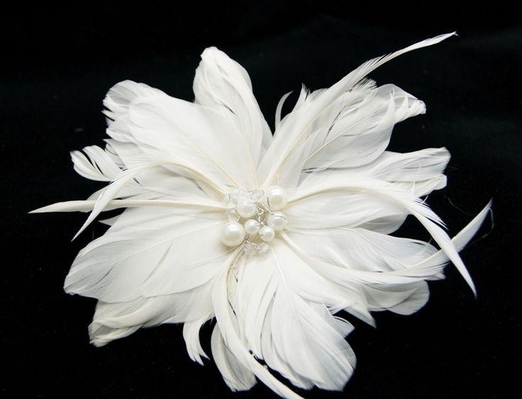 #Fjerblomst til #håret enkelt Smuk hår blomst i cremehvide fjer, perler og krystaller til din særlige dag.