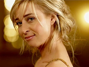 Nina from Offspring. Asher Keddie - think she's great!  Love her bohemium & neurotic style.- I love her hair in this pic