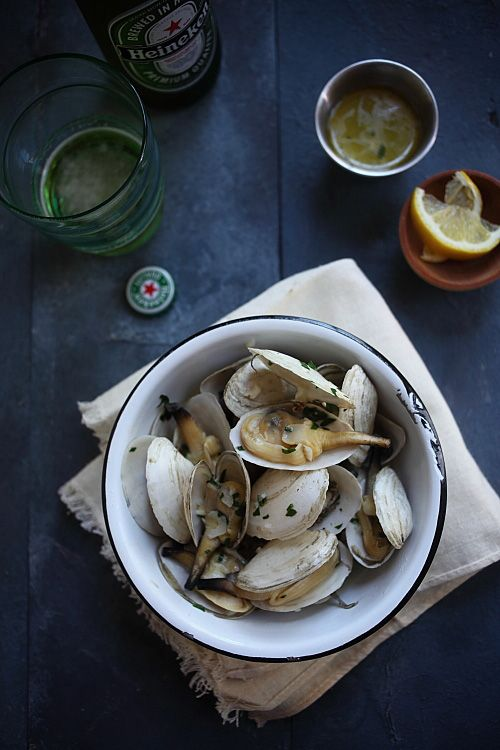 Soft Shell Clams (Steamers) with Garlic Butter: Soft shell clams are extremely briny and sweet in taste, and the flesh is very tender and juicy. All I did was steaming them with a little garlic and butter, with some white wine. #clams #seafood # garlic