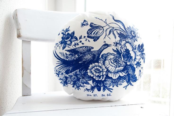 Rundes, weich gefülltes Baumwollkissen mit romantischem Aufdruck.    Das Motiv wurde im Siebdruckverfahren auf den Stoff gedruckt und anschließend ...