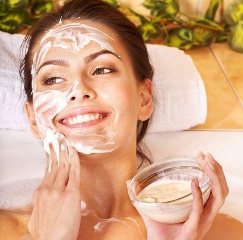 Dankzij deze simpele, natuurlijke gezichtsmaskers heb je binnen enkele minuten een gezonde, stralendehuid. Avocadomasker Wat heb je nodig halve avocado 1 eetlepel honing enkele druppels citroensap Aan de slag Plet een halveavocado fijn. Voeg een eetlepel honing en enkele druppels citroensap toe. Breng het masker aan op je gezicht en laat het voor ongeveer 20 … Continued